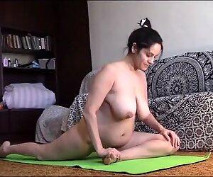 Jóga nahá s Staršící ženou, která má velkou Přírodní PrSA
