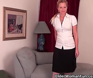 Starší Panenka s D-Cup globes musí vystoupit v punčochy