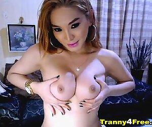 Velké kozy transvestita masturbace na kameru