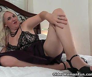 Florida mummy Anna Moore faux-cocks her needy vag