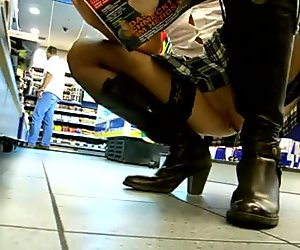 Upskirt slipless no panties in der Tankstelle